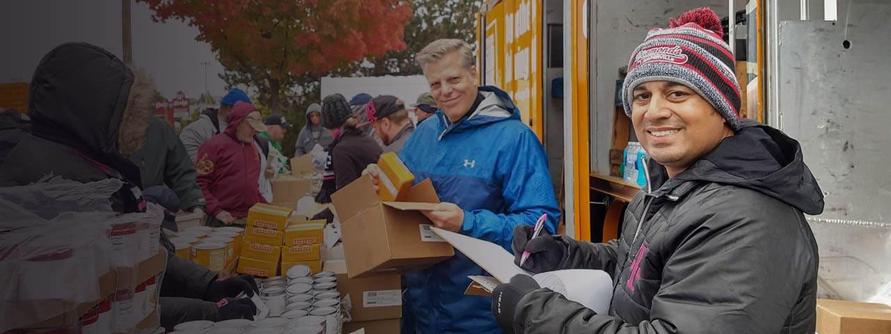 Empleado de T-Mobiletrabaja como voluntario en banco de alimentos local