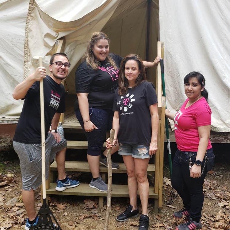 Empleados prestan servicios voluntarios en un campamento