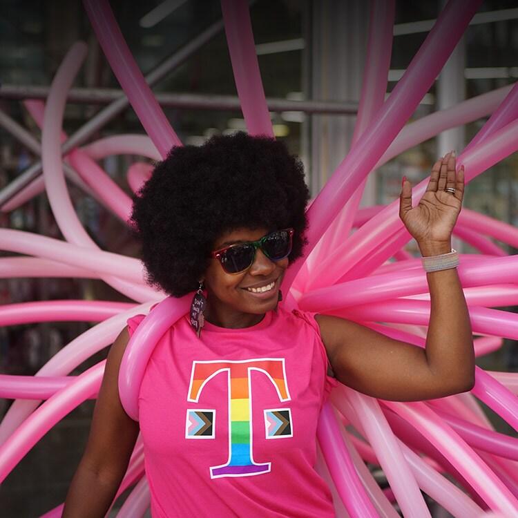 Una mujer con una camiseta de T-Mobile celebrando el mes del Orgullo.