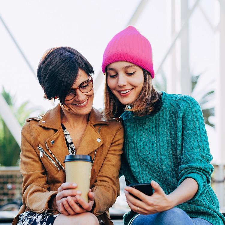 Dos mujeres mirando un teléfono