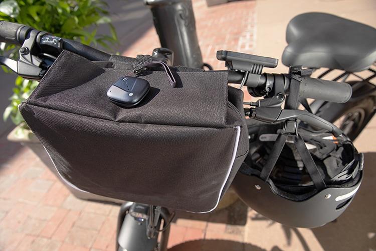 Sync-up tracker sujetado a un bolso negro que envuelve el manubrio de una bicicleta.