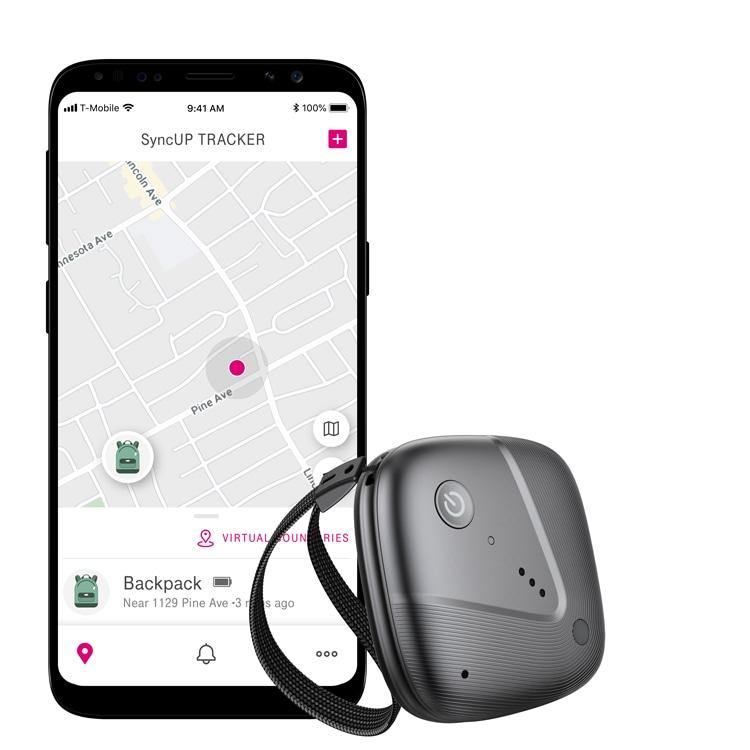 Un smartphone con la app de sync-up tracker muestra la ubicación de una mochila. El dispositivo sync-up tracker está al lado del teléfono.